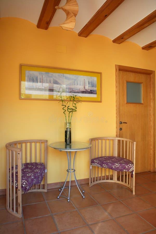 Lobbit, corredor nos feixes de madeira amarelos, espanhóis imagens de stock