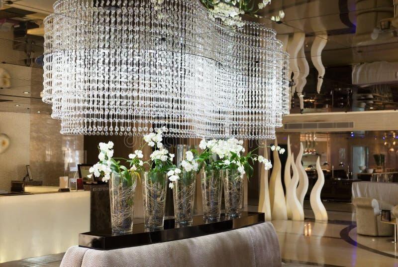 Lobby d'hôtel de salon de lustre images stock