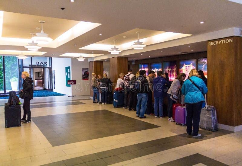 Lobby des Dreisternhotels in der Mitte von London lizenzfreie stockfotografie