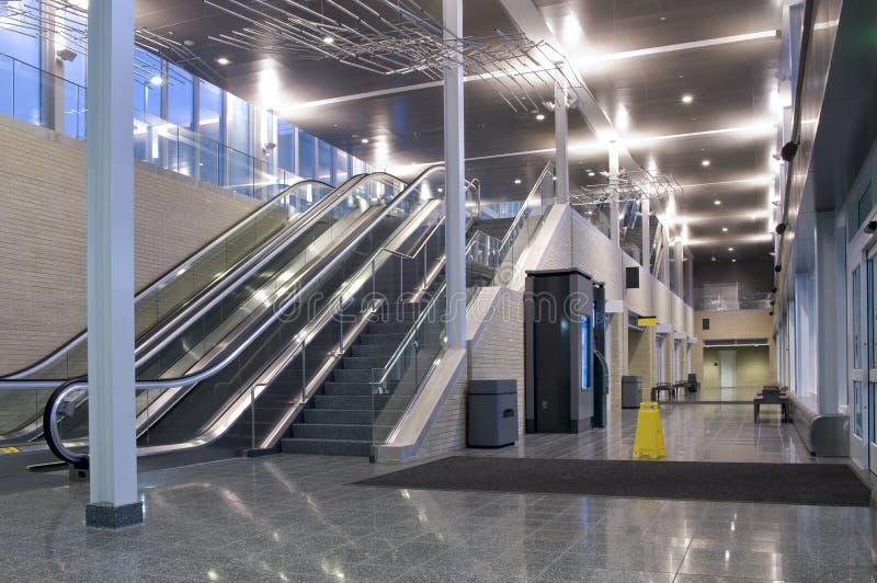 Lobby et couloir centraux de transit photo stock