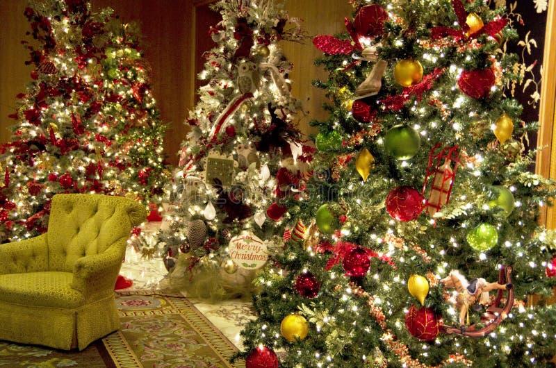 Lobby för lyxigt hotell för julgranljus royaltyfria foton