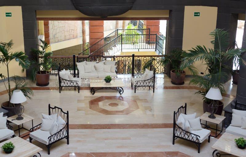 Lobby för lyxigt hotell med kolonner royaltyfria foton