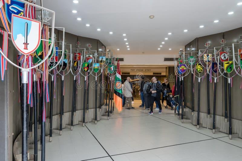 Lobby med tecken av Israels försvarsmaktenheter i det bepansrade kårmuseet i Latrun, Israel arkivbilder