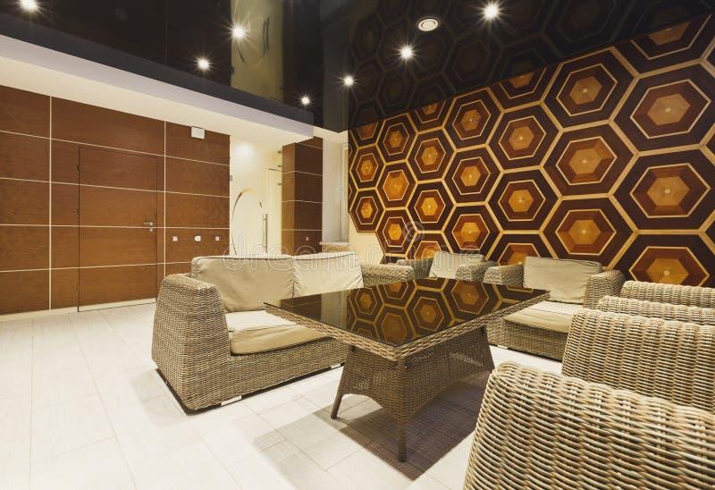 Lobby moderne d'hôtel avec les meubles en osier photos libres de droits