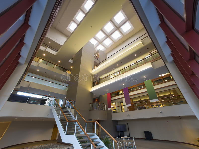 Lobby moderne d'immeuble de bureaux photographie stock libre de droits