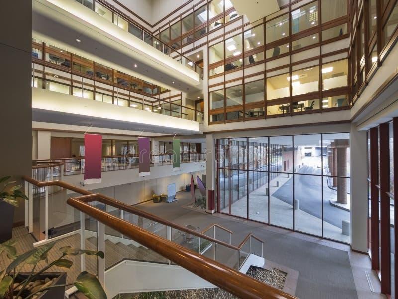 Lobby moderne d'immeuble de bureaux photos libres de droits