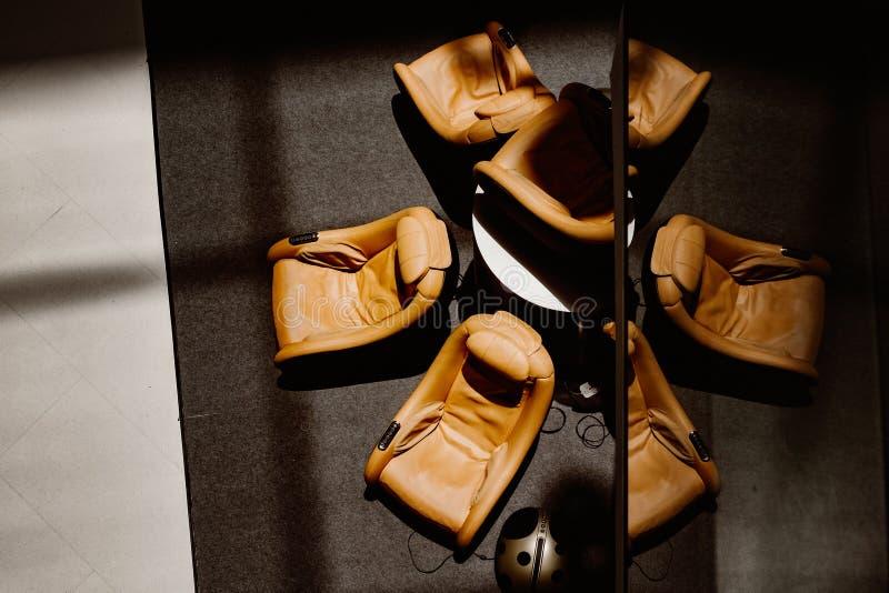 Lobbyen utrustar med massagesoffor för guestshadow på golvet och reflexion på spegeln I royaltyfria bilder