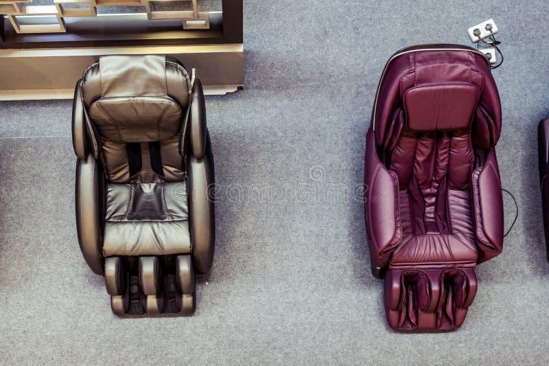 Lobbyen utrustar med massagesoffor för guestshadow på golvet och reflexion på spegeln I royaltyfri bild
