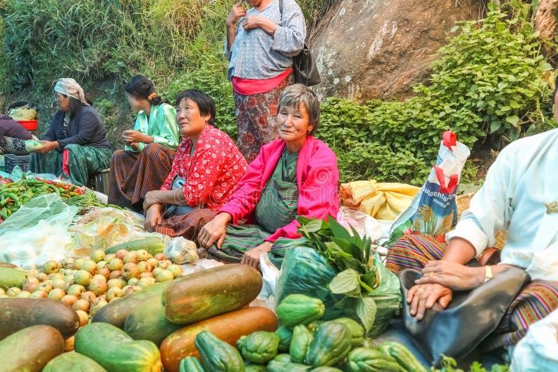 Lobesadorp, Punakha, Bhutan - September 11, 2016: Niet geïdentificeerde mensen bij wekelijkse landbouwersmarkt stock afbeeldingen