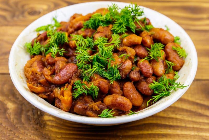 Lobio géorgien traditionnel de plat de haricots nains sur la table en bois image stock