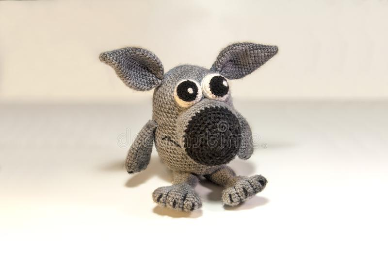 Lobo cinzento do brinquedo da linha cinzenta foto de stock royalty free