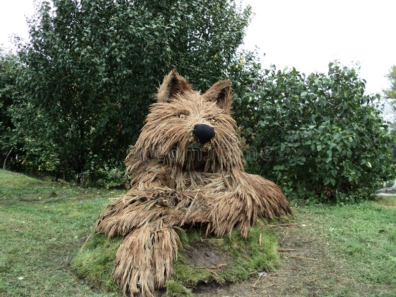 Lobo da escultura do parque feito da palha fotografia de stock royalty free