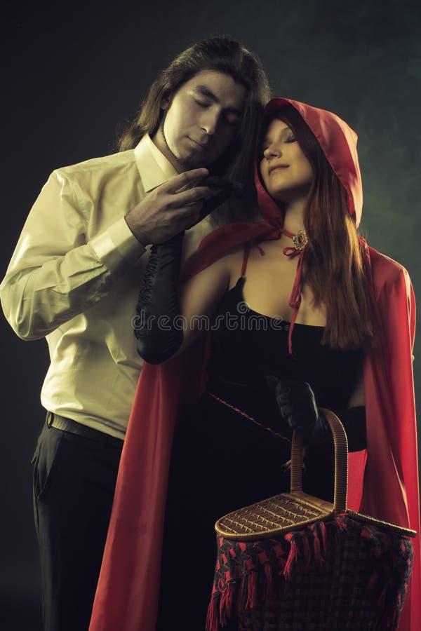 Lobo y capa con capucha roja fotos de archivo