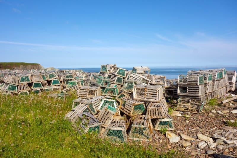 Lobster vasi ammucchiati su una spiaggia di Newfoundland fotografia stock
