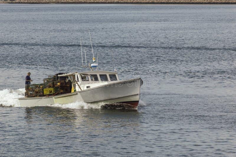 Lobsterman, der für Ankunft in New-Bedford vorbereitet stockfotografie