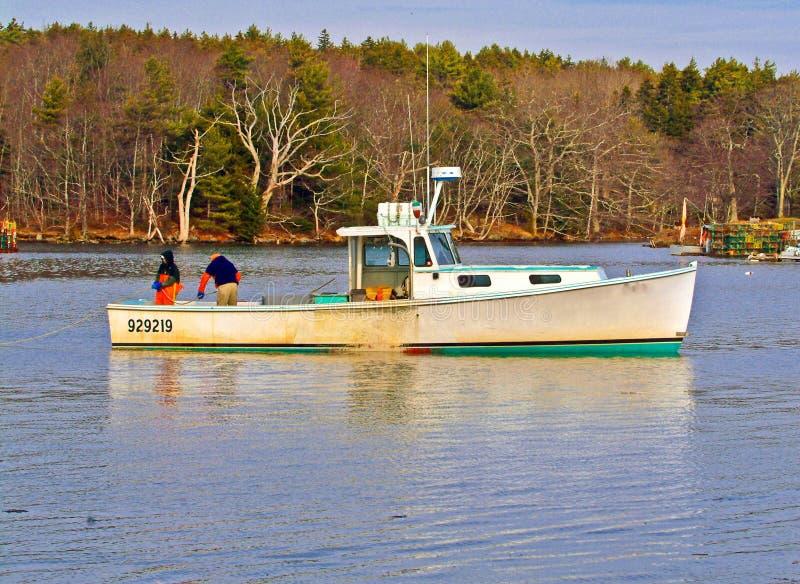 Lobstermen de Maine rassemblant des pots de homard photos stock