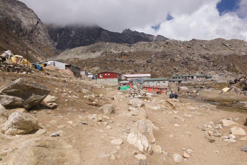 Lobuche村庄,珠穆琅玛营地艰苦跋涉,尼泊尔的看法有小屋的 库存图片