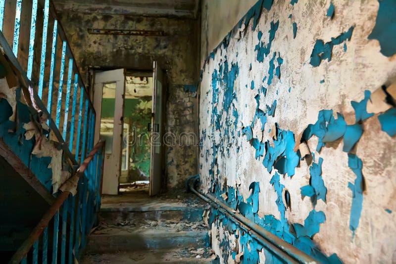 Locais da escola na cidade de Pripyat em Ucrânia emptiness umidade Zona de exclus?o Atom5-01 (4) Casernas abandonadas do ex?rcito fotografia de stock