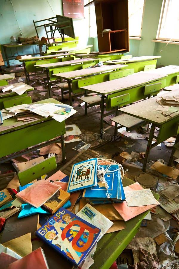 Locais da escola na cidade de Pripyat em Ucrânia emptiness umidade Zona de exclus?o Atom5-01 (4) Casernas abandonadas do ex?rcito fotos de stock royalty free