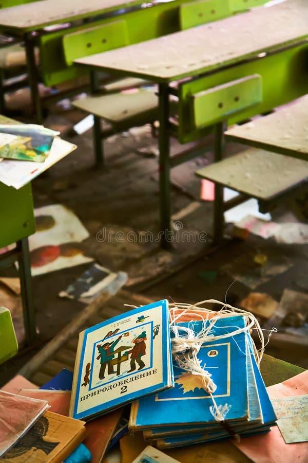 Locais da escola na cidade de Pripyat em Ucrânia emptiness umidade Zona de exclus?o Atom5-01 (4) Casernas abandonadas do ex?rcito imagem de stock royalty free
