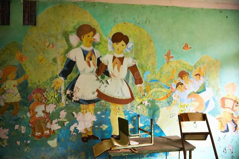 Locais da escola na cidade de Pripyat em Ucrânia emptiness umidade Zona de exclus?o Atom5-01 (4) Casernas abandonadas do ex?rcito fotografia de stock royalty free