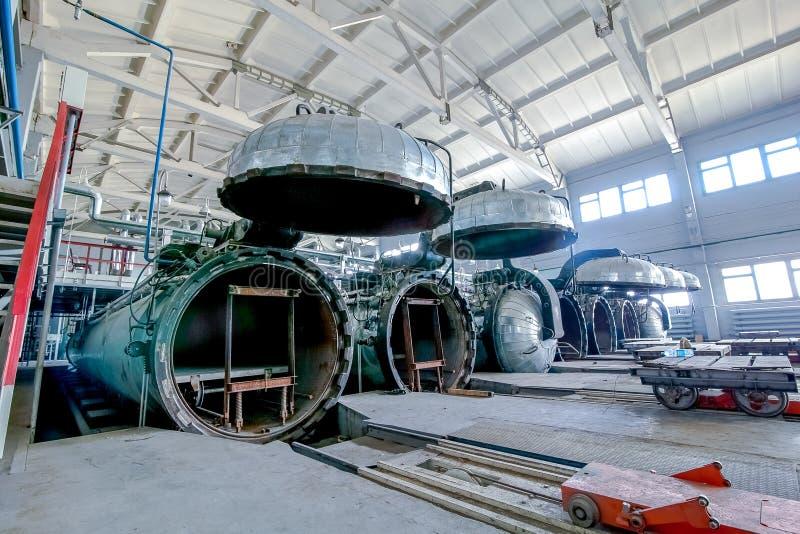 Locais de fábrica com as autoclaves abertas para a produção dos blocos de cimento fotos de stock