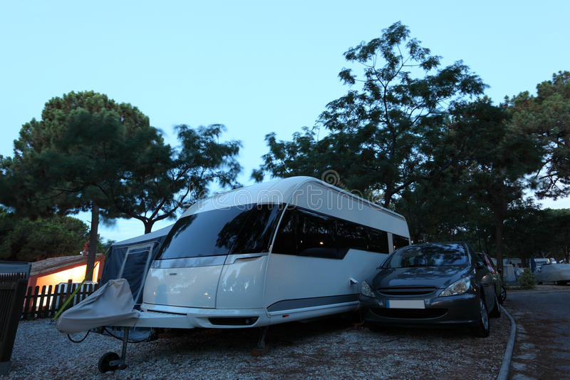 Local de acampamento no crepúsculo fotos de stock royalty free