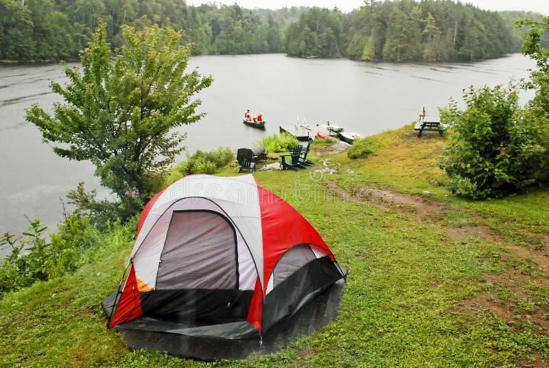 Local de acampamento por um lago da região selvagem fotos de stock