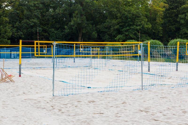 Local de encontro com cortes de voleibol, uma rede do voleibol na praia foto de stock