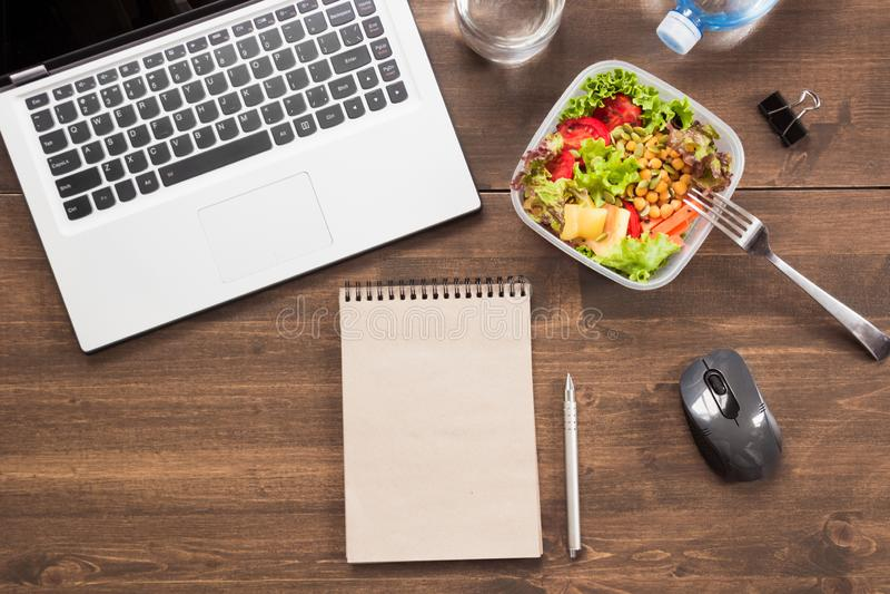 Local de trabalho, almoço de negócio saudável, salada, água na tabela de madeira Vista superior, espaço da cópia Perda de peso do fotos de stock