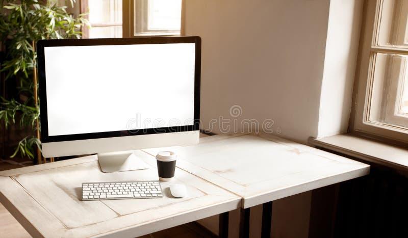Local de trabalho com o computador moderno na mesa foto de stock