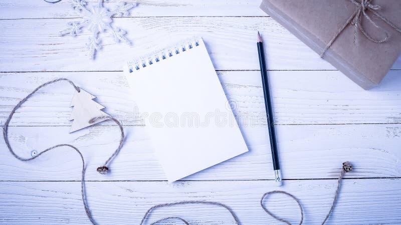 Local de trabalho com um diário, as decorações e os presentes Lista o do ` s do ano novo imagens de stock royalty free