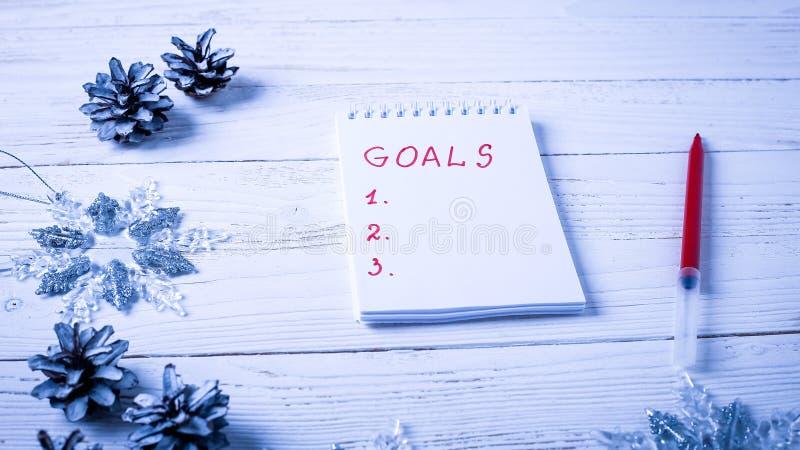 Local de trabalho com um diário, as decorações e os presentes Lista o do ` s do ano novo imagens de stock