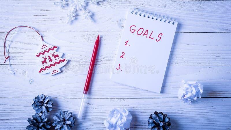 Local de trabalho com um diário, as decorações e os presentes Lista o do ` s do ano novo fotos de stock