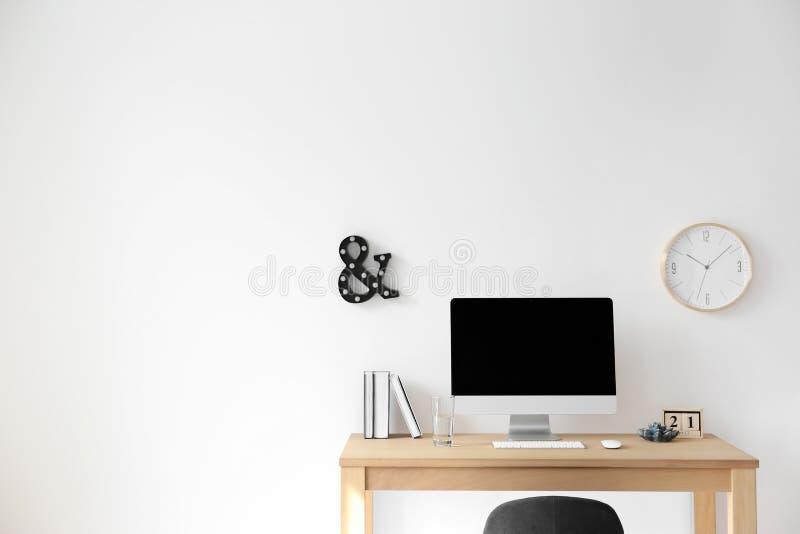 Local de trabalho confortável com o computador na mesa imagem de stock royalty free