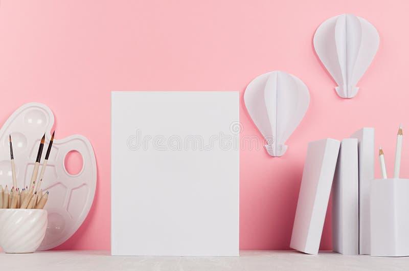 Local de trabalho criativo para tirar - origâmi dos ballons dos acessórios, dos artigos de papelaria, do papel vazio e do ar quen fotografia de stock