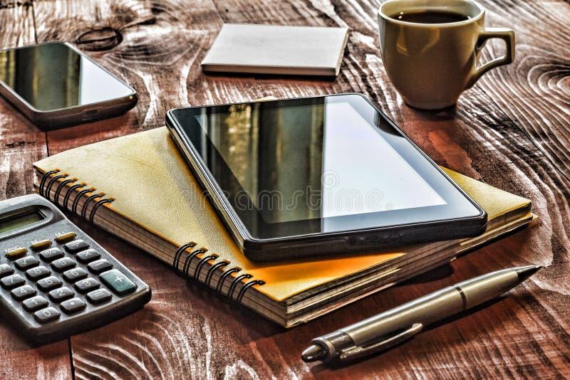 Local de trabalho da disposição do close up no escritório Tiro quadrado, PC da tabuleta, caderno, pena, etiquetas imagem de stock royalty free
