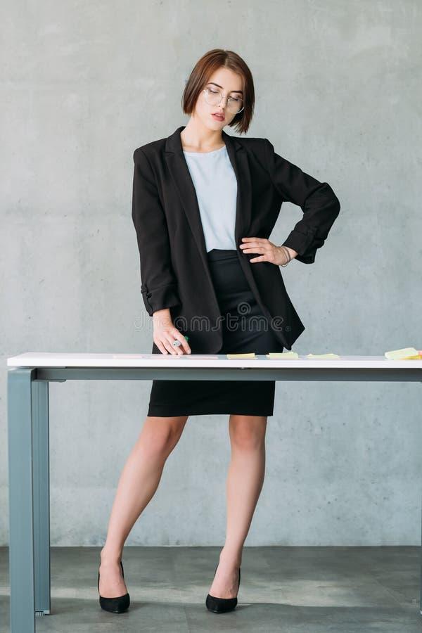 Local de trabalho da mulher de Teamlead que conceitua a estratégia fotografia de stock