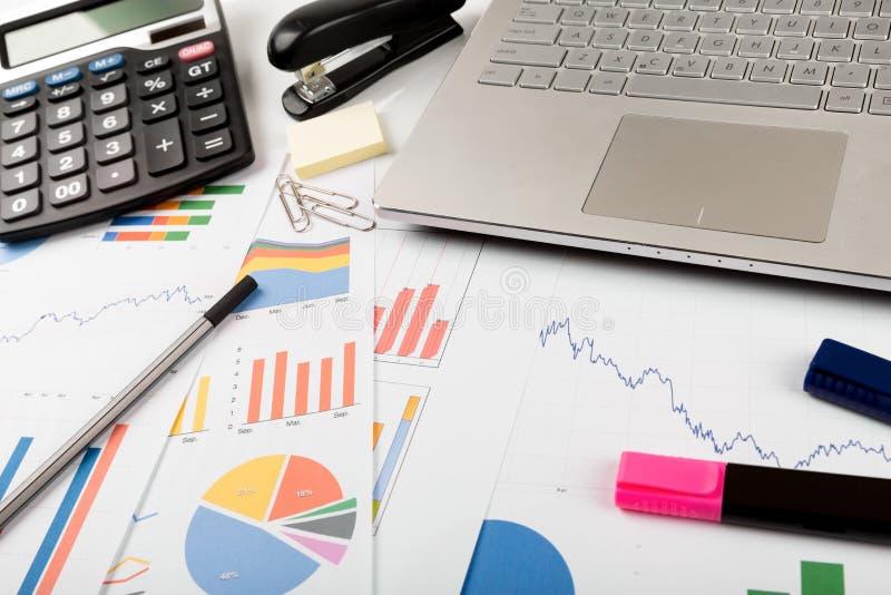 Local de trabalho do analista dos dados financeiros do negócio fotos de stock