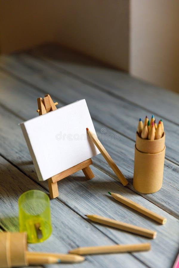 Local de trabalho do artista: Tabela branca de um artista com as ferramentas da arte para tirar imagens de stock royalty free