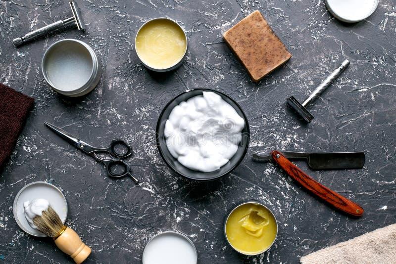 Local de trabalho do barbeiro com as ferramentas na opinião superior do fundo cinzento imagens de stock royalty free