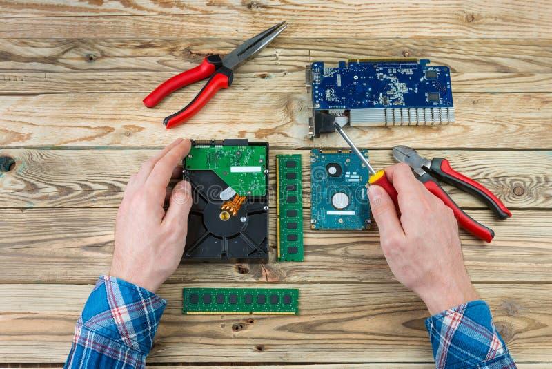 Local de trabalho do conceito do reparo do computador imagens de stock royalty free