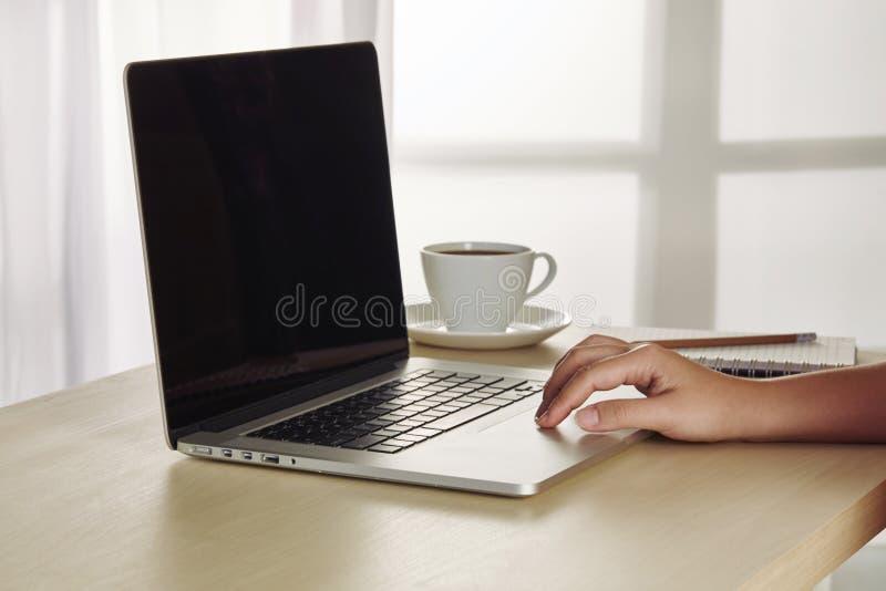 Local de trabalho do escritório com o tablet pc aberto do modelo do portátil fotos de stock royalty free
