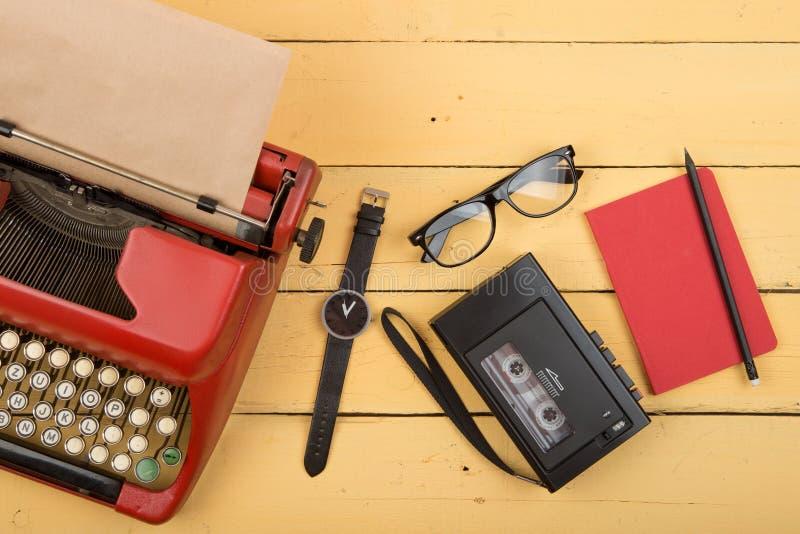 Local de trabalho do escritor ou do journalista - máquina de escrever vermelha do vintage no y imagem de stock royalty free