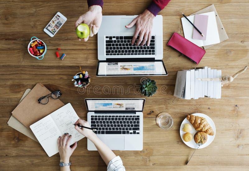 Local de trabalho do espaço de trabalho que trabalha a tabela de madeira Art Concept imagens de stock royalty free