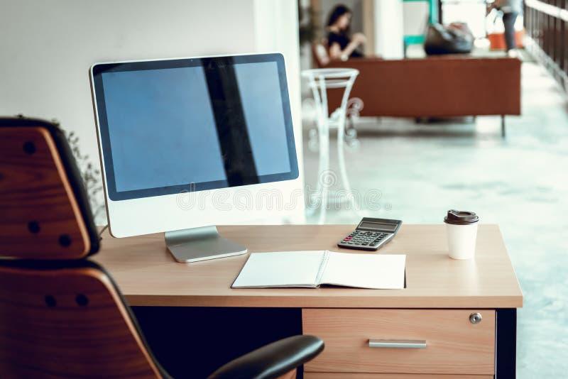 Local de trabalho do neg?cio e Desktop da tabela da sala do escrit?rio, espa?o de trabalho com computador pessoal e estacion?rio  imagem de stock royalty free