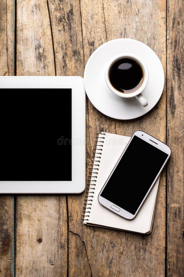 Local de trabalho móvel com PC, telefone e xícara de café da tabuleta imagens de stock