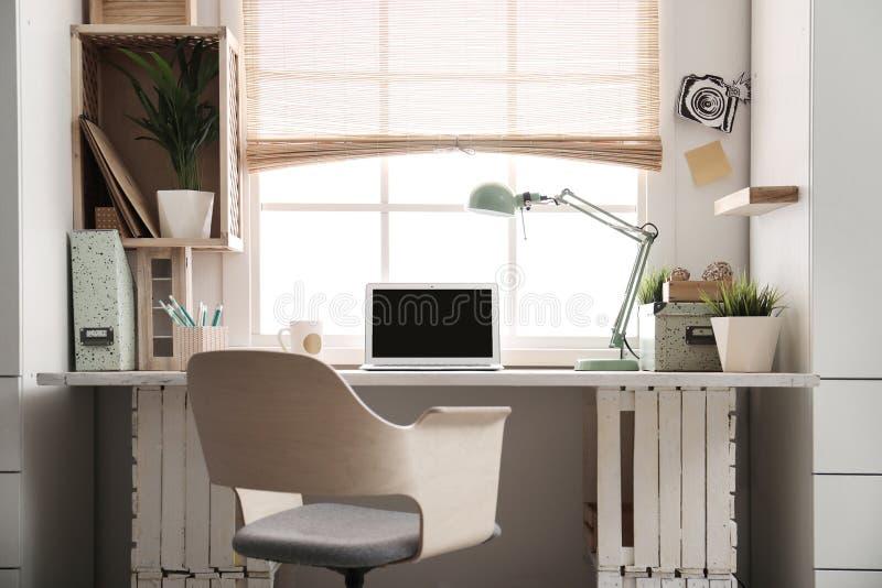 Local de trabalho moderno da casa com caixas de madeira fotos de stock royalty free