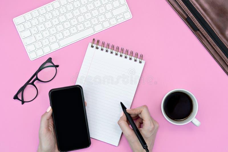 Local de trabalho ou de escrita para empresas de camada plana educação online teclado, smartphone, note pad, café e mala para lap imagem de stock royalty free