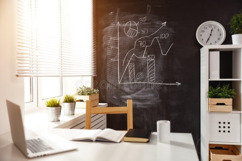 Local de trabalho, sala com tabela e quadro-negro imagens de stock royalty free